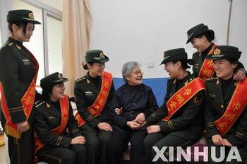 潍坊/潍坊滨海女警官三八节为老人献爱心